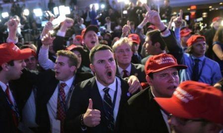 Groupe de jeunes hommes célébrant la victoire de Trump