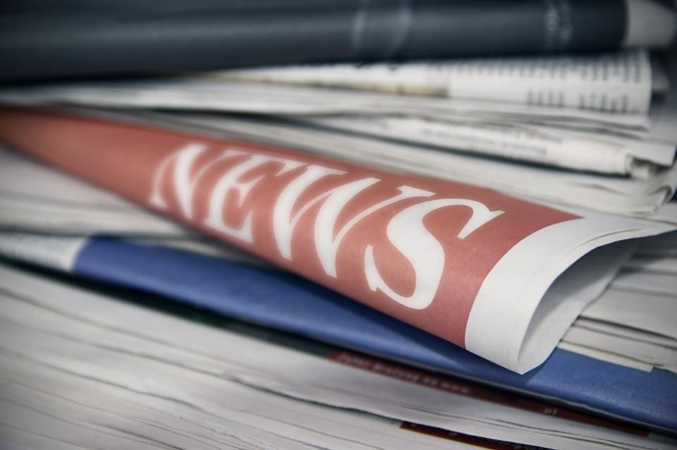 """Pile de journaux avec la mention """"NEWS"""""""