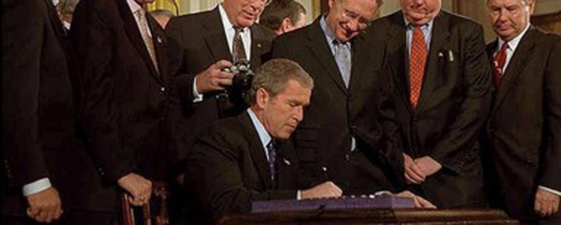 George W. Bush signant le PATRIOT Act